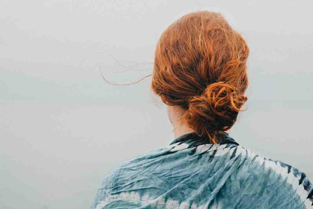 Comment lisser des cheveux épais et bouclés sans les abimer